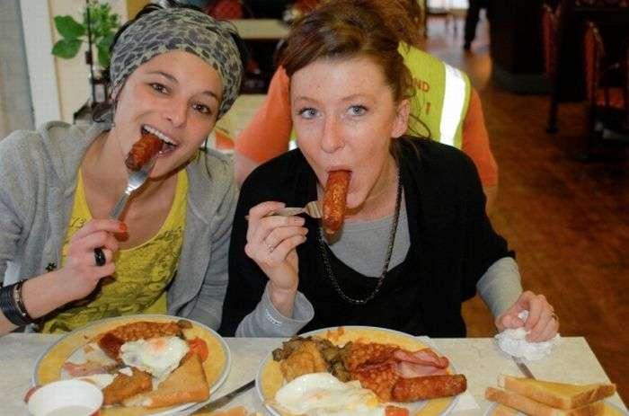 girlseatinghotdogs17 - Julio mes de los Hot Dogs celébralo con estas fotos de Chicas comiendo perritos calientes
