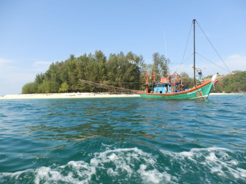 an einem Fischerboot vorbei